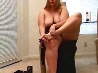 роговой толстушки экс подруга играет с ее розовой киске и ноги