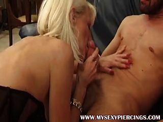 блондинка бабушка мамаша с киску пирсинг и кольца в чулках