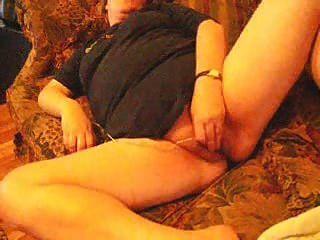 Жена мастурбирует до оргазма на диване