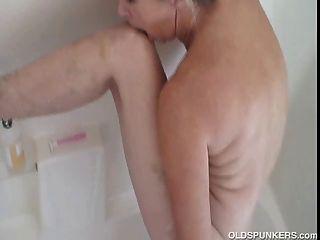 великолепный бабка получает хороший и влажный и мыльную в душе