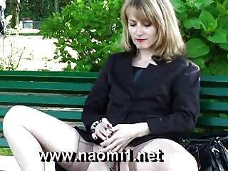 Naomi1 мастурбирует в общественном парке