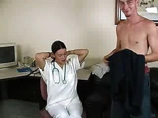 врач дает мастурбирует