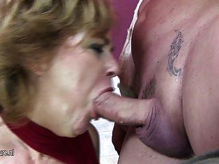 зрелая дама играет с собой в туалете