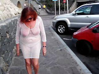 красивая зрелая шлюха прогулки по городу с голыми сиськами