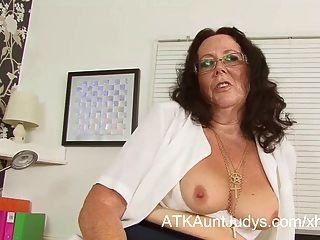 Zadi трется и пальцы ее киска в офисе.