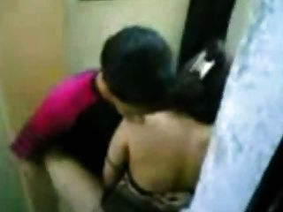 Индонезийская горничная ебать с пакистанскими парень в общественном туалете