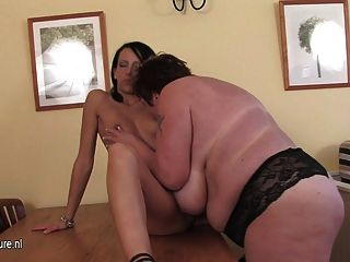 пухлые мать, играя с горячей молодой девушки