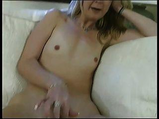 блондинка шлюха с плоской грудью получает ее сочные бритая пизда трахал шипа в помещении