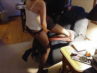роговой самка Femdom делает Sevy сосать и ебать страпон два