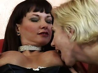 брюнетка мамаша, имеющие лесбийский секс с блондинкой ИФОМ