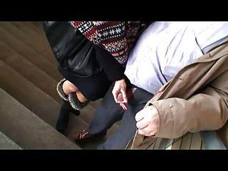 Пожилой мужчина и молодая девушка с удовольствием в общественных местах