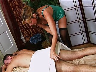 парень получает мастурбирует от горячих мам