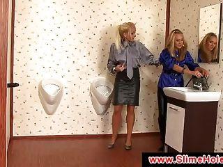 две блондинки сосание черный член через Gloryhole