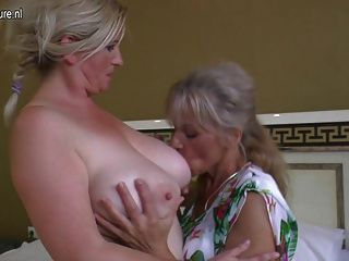 четыре старые и молодые лесбиянки, имеющие специальную вечеринку