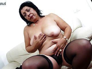 старая мама любит, чтобы промокнуть на ее диване
