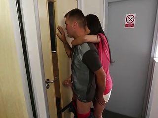 смотреть не мой шаг сестра Masturbat через дверь