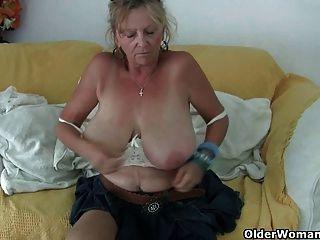 Бабушка с большими сиськами мастурбирует в колготках