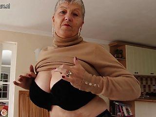 непослушный большой грудью британец бабушка играет с собой