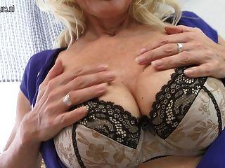сексуальная блондинка мама играет с ее мокрые киски