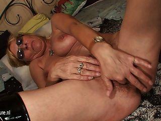 старая бабушка играет с ее киску