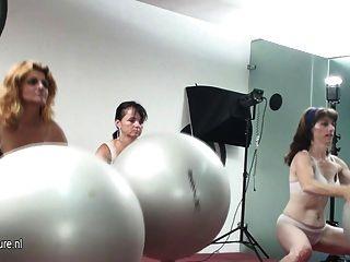 зрелые женщины становятся потными в тренажерном зале