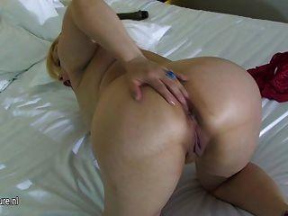 все натуральная блондинка зрелая мама мастурбация