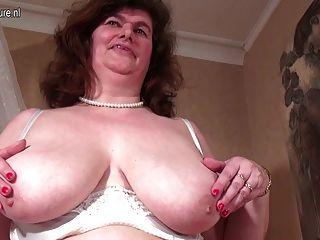 большая голландская мама играет с ее волосатые киски