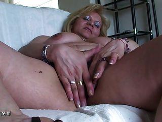 старый пухлые мама дрочит и играет с собой