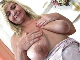 прекрасная зрелая мама качает большие отвисшие сиськи и киска
