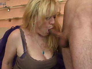 Горячая любительская мать получать трахал молодой мальчик