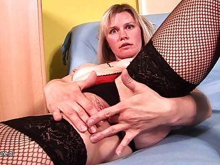 роговой блондинка домохозяйка достигает кульминации