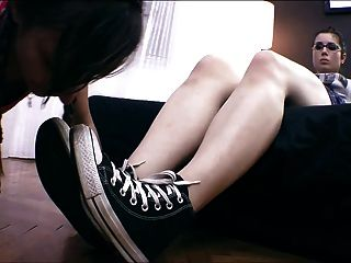 лесбиянка раб поклоняясь обувь, носки и ноги!