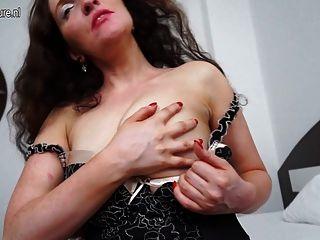 красивая мамаша мастурбирует на кровати