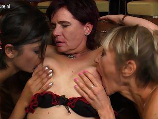 любительское лесбиянка втроем с мамой и бабушка девушки