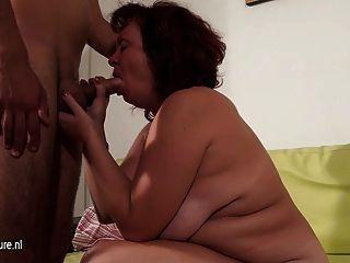 зрелая шлюха мама чертову и сосание жесткий петух