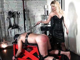 Femdom наказания раба на порку скамейке урожая и тростника