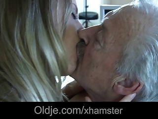 седой дедушка трахает свою фиктивную молодую горничную