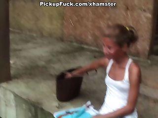 стройная девушка показывает сиськи и задницу за деньги