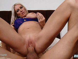 горячая блондинка ИФОМ эмма Старр получает сперма в жопе