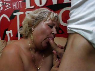 волосатые бабушки сосать и трахать ее задницу
