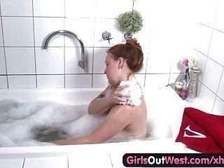 волосатая грудастая любительские пополнела трется один в ванной комнате