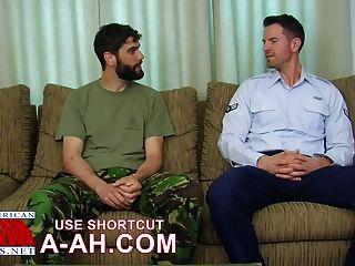 Британский солдат получает задницу стучать американским солдатом