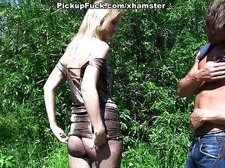 блондинка в колготках трахают в парке перед прохожими