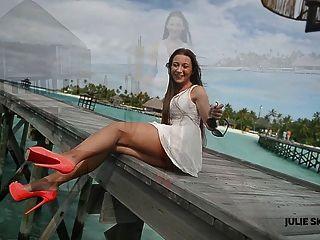 милая девушка дразня ходить & подглядывание под юбки на высоких каблуках Мальдивах