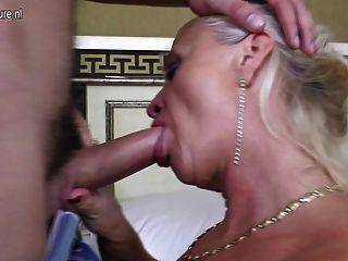 зрелая мама берет молодой петух