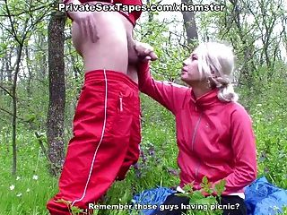 взрослых пара занимается любовью на цветущий луг