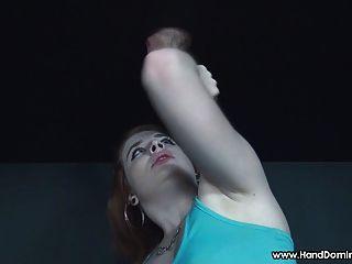 рыжеволосая дает мастурбирует к Gloryhole член