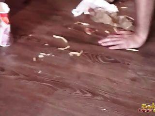 жир мужчины раб подается пищу группой оскорбительных дам