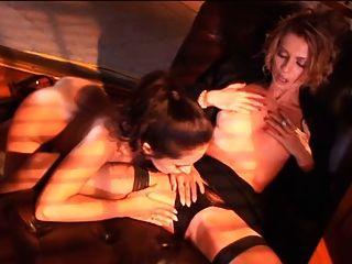 Британский шлюха Келли Мари в лесбийской сцене с Зоей