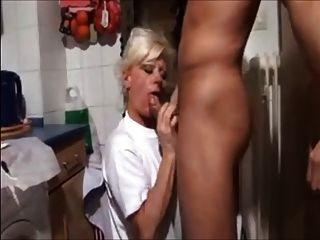 блондинка мама и не ее сын любительское ебут на кухне домашнее